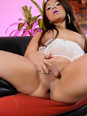 Stunning transsexual Gia exposing her goodies